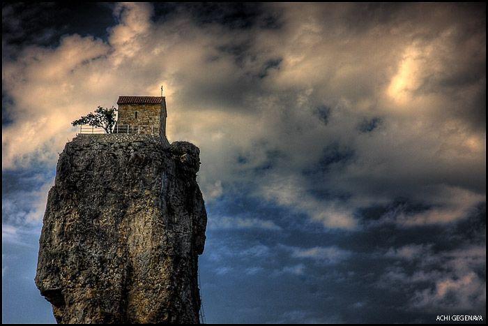 Церкви на огромных скалах (12 фото)