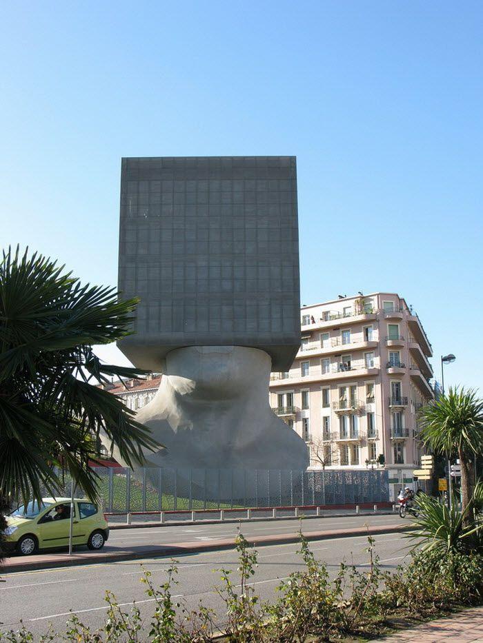 La Tete au Carre в Ницце, Франция. Внутри расположена библиотека