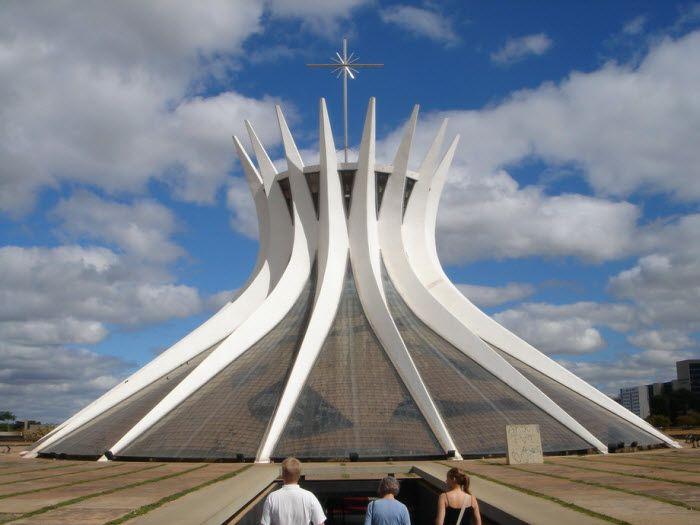 Cathedral of Brasilia (Catedral Metropolitana Nossa Senhora Aparecida) - католический кафедральный собор в столице Бразилии - Бразилиа. Служит в качестве места пребывания архиепископа Бразилиа