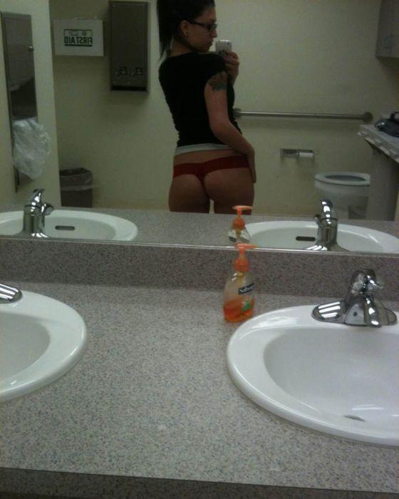 новые фото девушек в ванной перед зеркалом она