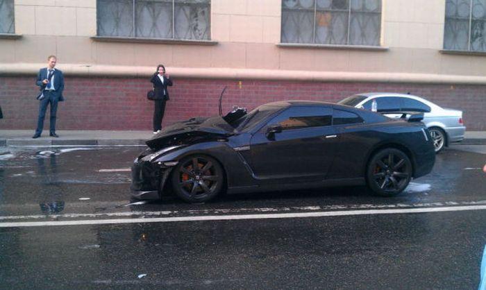 Nissan GT-R протаранил несколько авто из-за неудачного обгона (9 фото+2 видео)