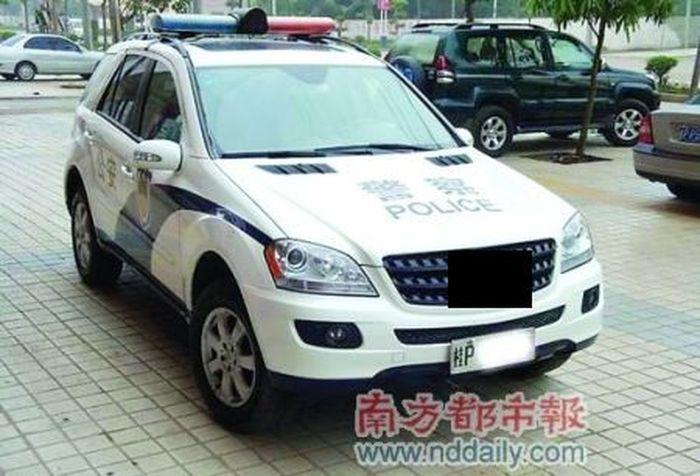 Китайские полицейские пытаются надурить налогоплатильщиков (3 фото)