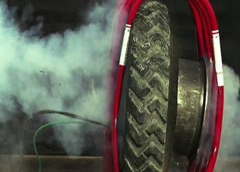 Взрыв колеса для грузовика в замедлении
