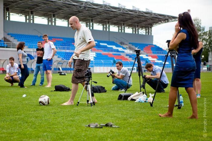 Девушки из футбольной команды «Россиянка» приняли участие в бикини-фотосессии на стадионе в Красноярске. По утверждению организаторов данной фотосъемки, эти снимки должны привлечь внимание мужчин к женскому футболу как виду спорта, и развеять миф о тусклом и унылом женском футболе.