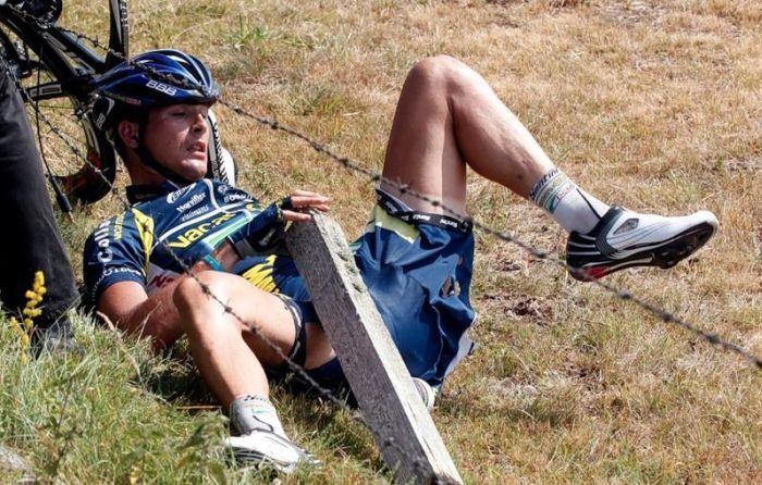 Авто журналистов сбило велогонщиков на Тур де Франс (4 фото+видео)