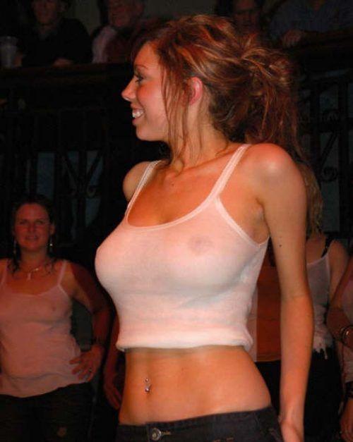 У девушек видны соски сисек под одеждой фото — photo 2
