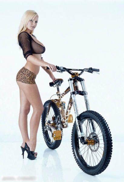 японка девушка на велосипеде