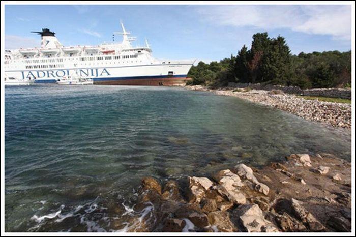 Пьяный капитан посадил корабль на мель (20 фото)