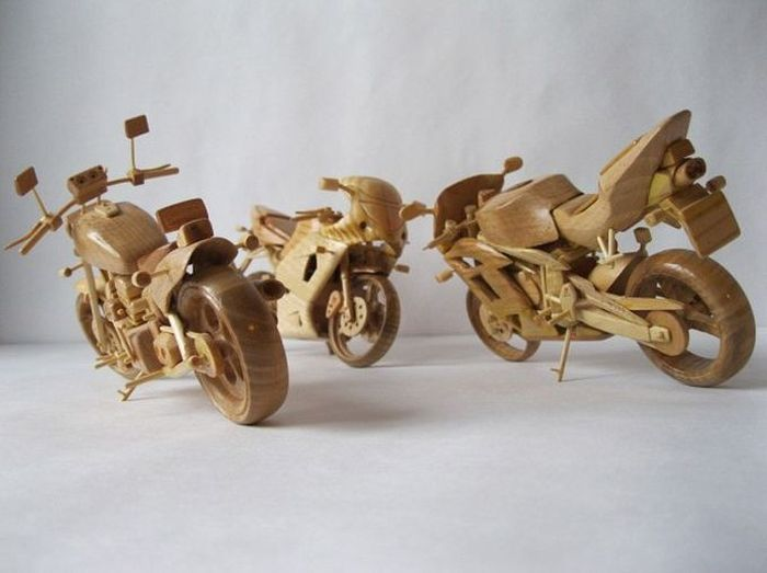 Крохотные модели мотоциклов из дерева (11 фото)