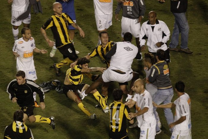 Футбольный матч закончился побоищем на поле (8 фото)