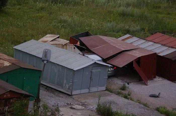 В Донецке угнанный Lexus протаранил гаражи (2 фото)