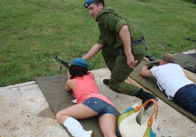 Инструктор по стрельбе внимательно следит за позой новичка (2 фото)