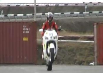 Мотоциклист сбил репортера