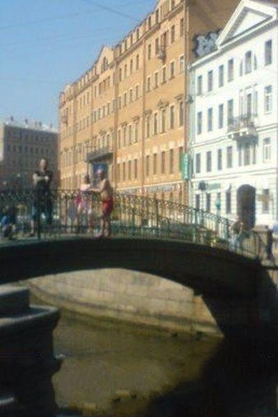 На Сенном мосту мужчина прыгает в канал Грибоедова (2 фото)