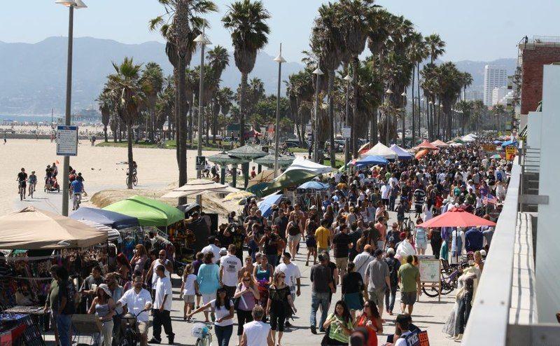 Сексуальные девушки и странные люди на пляже Калифорнии (38 фото)