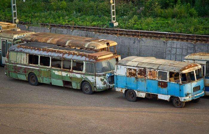 Московское кладбище автобусов (15 фото)