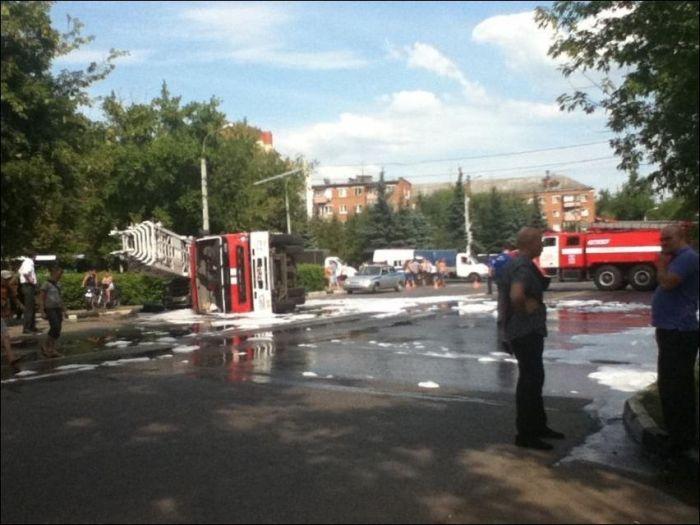 Машина пожарной охраны опрокинулась на УАЗик (3 фото)