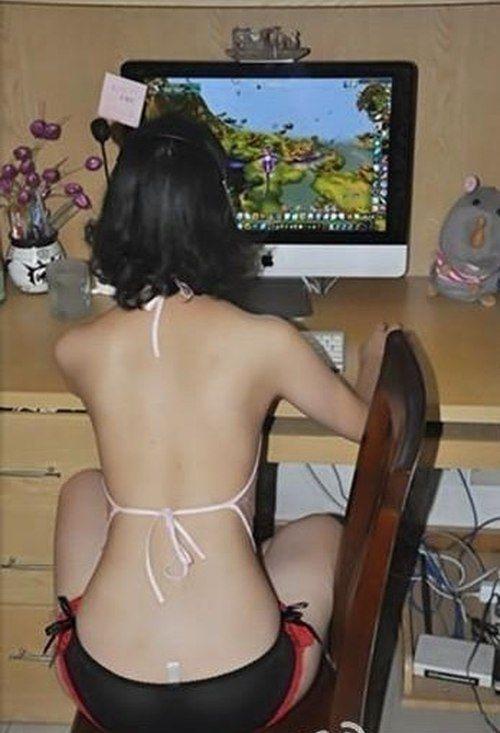 В чем сидят девушки перед компьютером в жару? (11 фото)