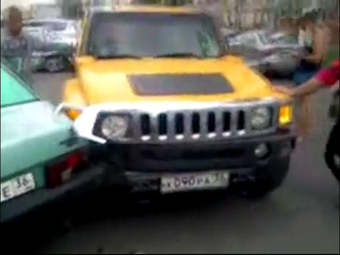 Пьяная женщина на Хаммере таранила припаркованные машины (2 видео)