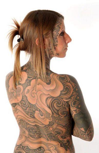 Женщина отпраздновала развод, покрыв 85% своего тела татуировками (7 фото)