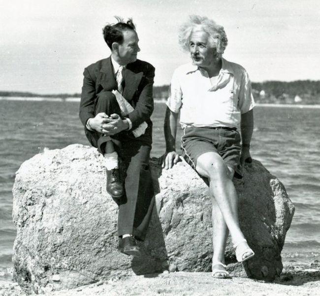 Альберт Эйнштейн в необычной обуви (2 фото)