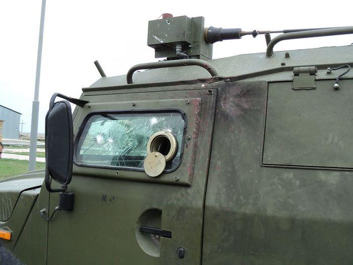 Обстрелянный в Чечне военный автомобиль Тигр (7 фото)