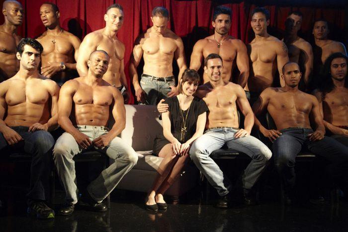 Смотреть порно восемь мужчин и одна женщина