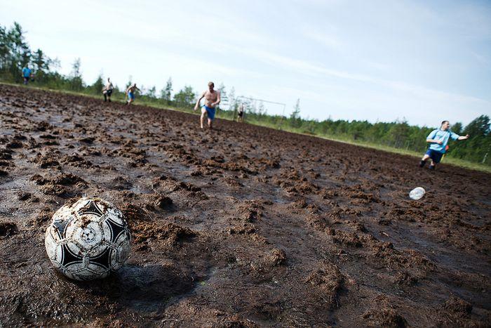 Футбол на болоте (22 фото)