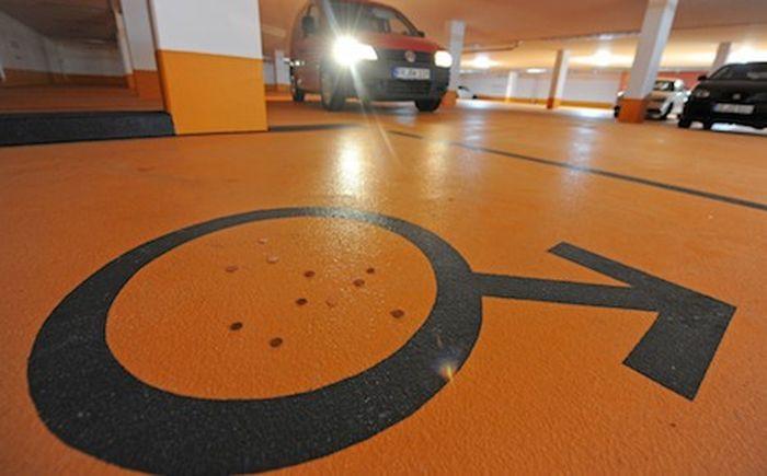 Многоуровневый паркинг разделен по половому признаку (4 фото)