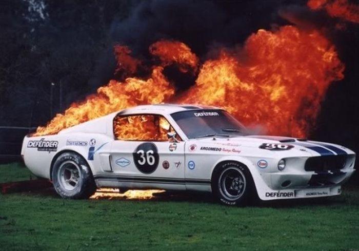 Спортивные автомобили в огне (36 фото)