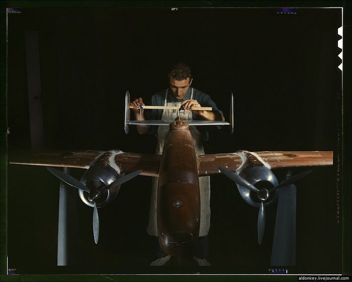 Процесс сборки американского бомбардировщика Б-25 (19 фото)