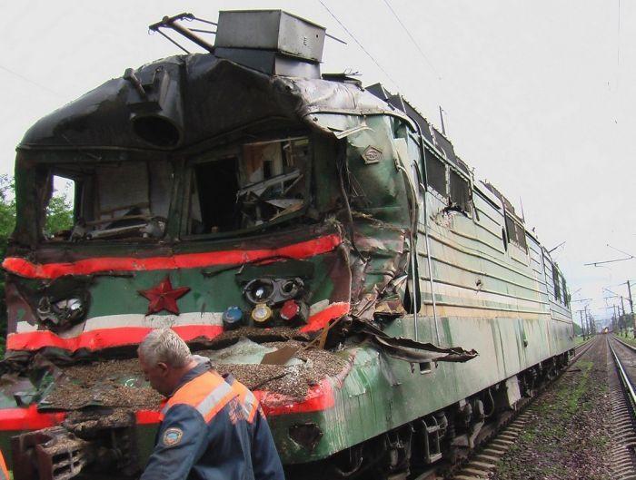Столкновение электровоза ВЛ-585 и груженого щебнем МАЗа (41 фото)