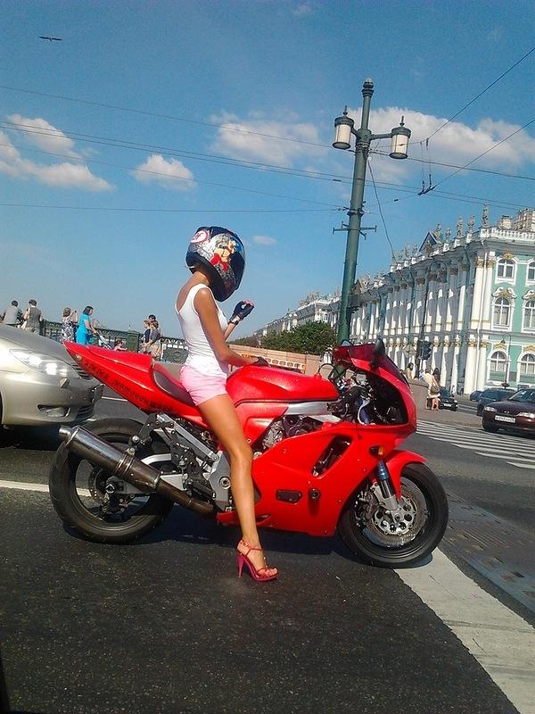 Симпатичная деревенская девушка на мотоцикле фото фото 410-150