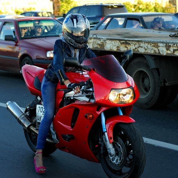 Симпатичная мотогонщица (11 фото)
