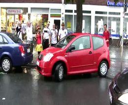 Немецкие фанаты помогают девушке припарковаться