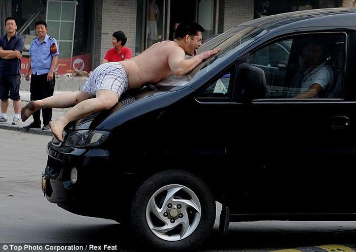 Голый китаец нарушил транспортное движение (7 фото)