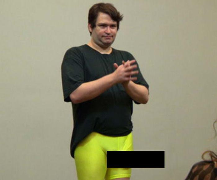 Мужчина с большим достоинством вызвал панику в аэропорту (1 фото)