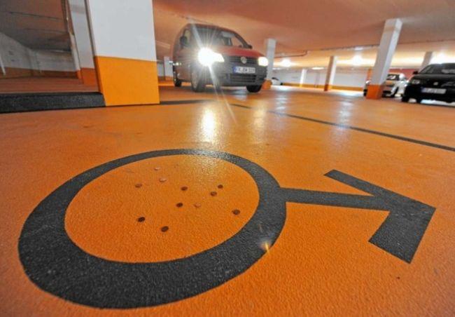 Парковочные места для женщин (2 фото)