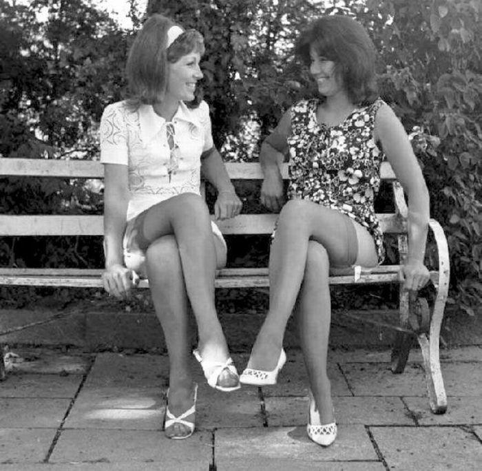 Ретро фотографии женщин в годах сидя в юбках разнообразные позы — pic 4