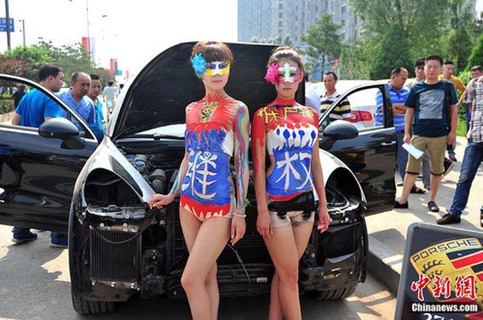 Китайский метод: борьба с автодилером при помощи оголенных дам (3 фото)