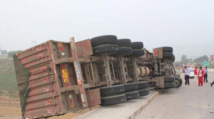 Водитель грузовика родился в рубашке (8 фото)