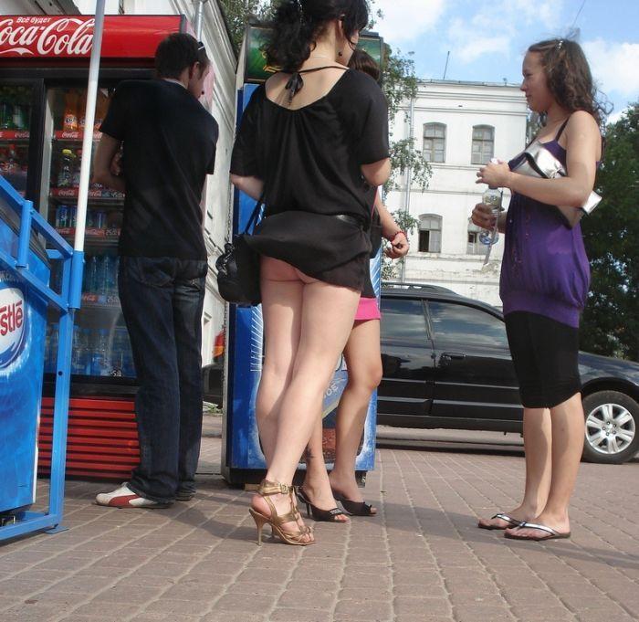 порно у девушки на улице спало платье были школе