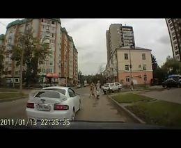 Необычный маневр женщины-пешехода