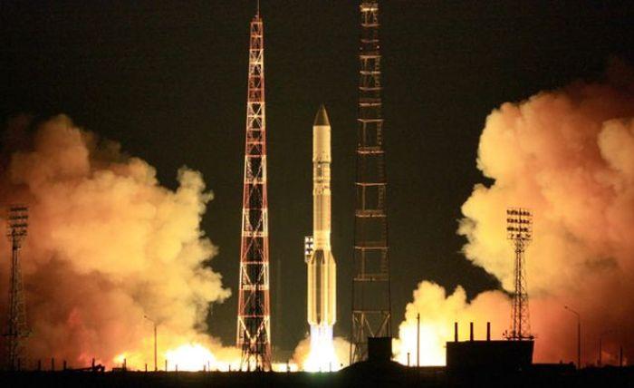 Ракета-носитель Протон-М взорвалась сразу после старта (6 фото + 4 видео)
