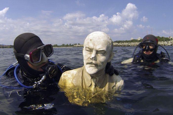 Фото онлайн аквалангисты, в воде, ленин, скульптура