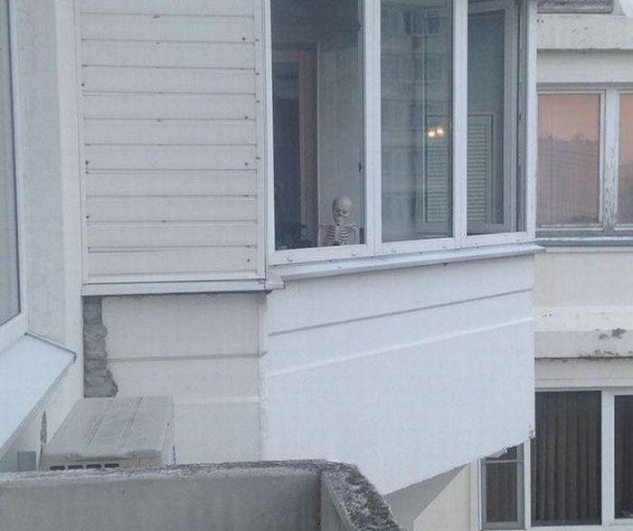 Фотоприкол онлайн бесплатно балкон, за стеклом, прикол, скелет