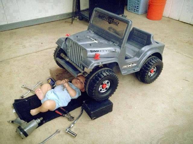 Смешной фотоприкол игрушечная машина, ребенок, сервис