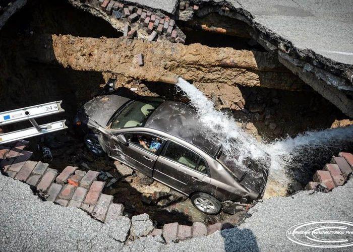 авто, земля провалилась, яма, америка, машина провалилась,