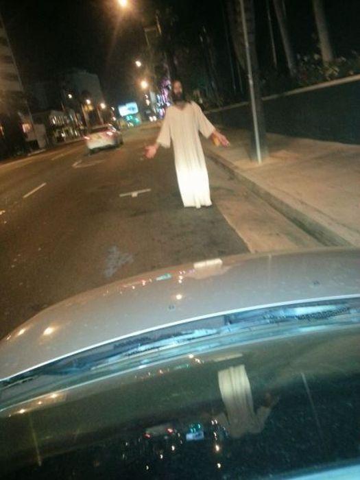 Новый фотоприкол иисус, на дороге, ряса