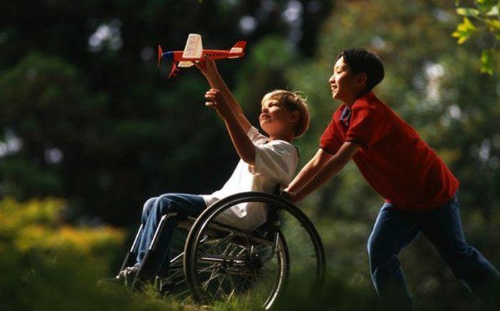Бесплатно фото дети, дружба, инвалид, коляска, самолет